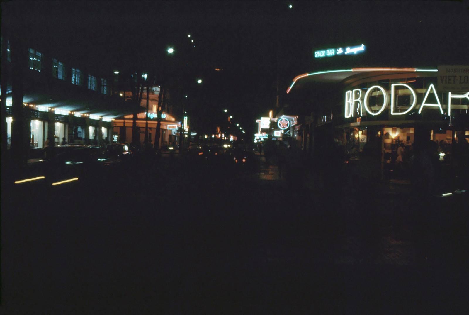 Cafe BRODARD về đêm, góc ngã ba Tư Do-Nguyễn Thiệp - Photo by Ken