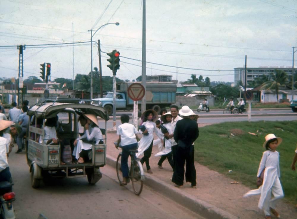 Những thiếu nữ áo trắng đi học và chiếc xe Lam quen thuộc