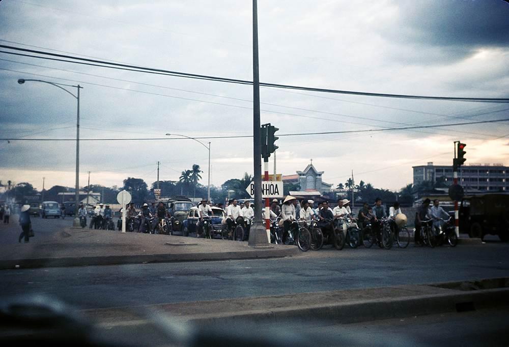 Các phương tiện tham gia giao thông dừng đèn đỏ