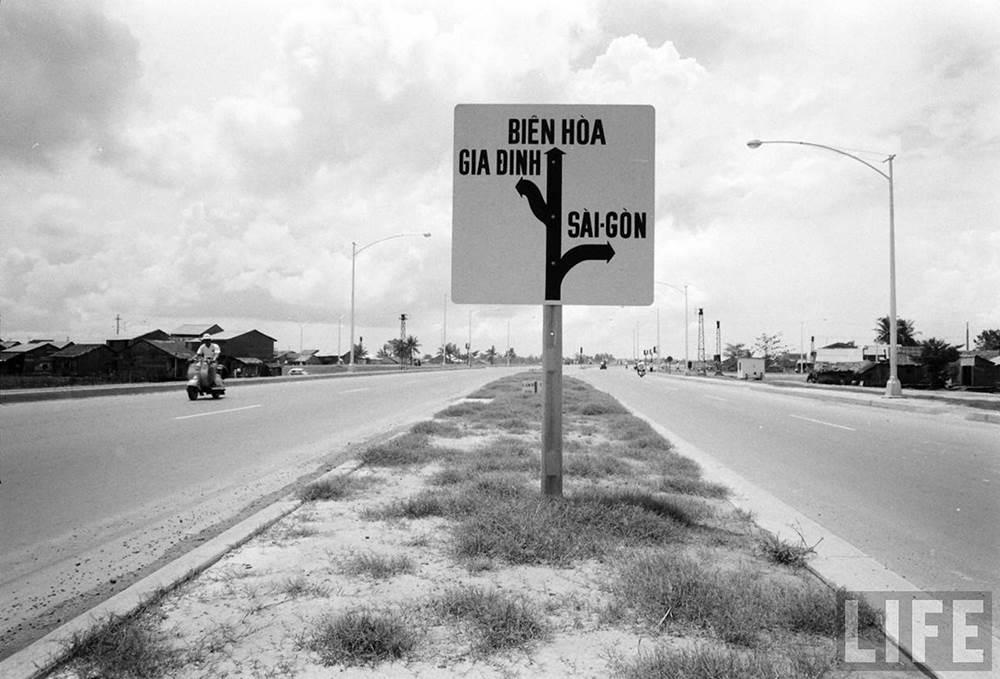 Bảng chỉ dẫn tên đường ở Ngã 4 Hàng Xanh. Đi thẳng là qua cầu Tân Cảng để đi Biên Hòa, quẹo trái về tỉnh Gia Định, Bà Chiểu, quẹo phải về trung tâm Sài Gòn