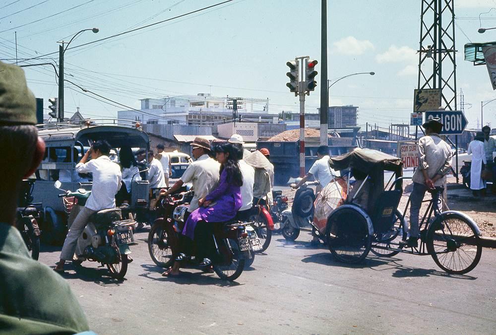 Đầy đủ các phương tiện giao thông từ xích lô, xe máy xe lam .v.v.