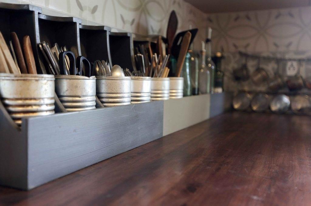 Một góc bếp sử dụng Lon Gô để chứa vật dụng trong bếp