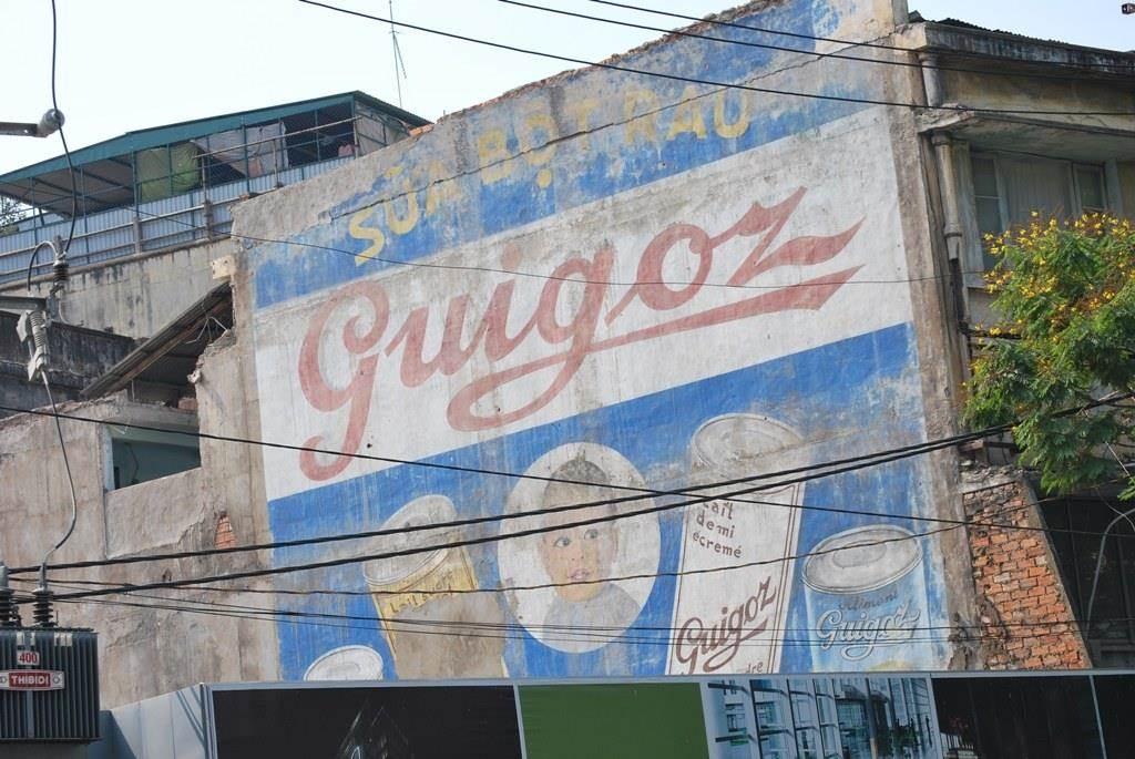 Bảng hiệu cửa hàng bán sữa Guigoz