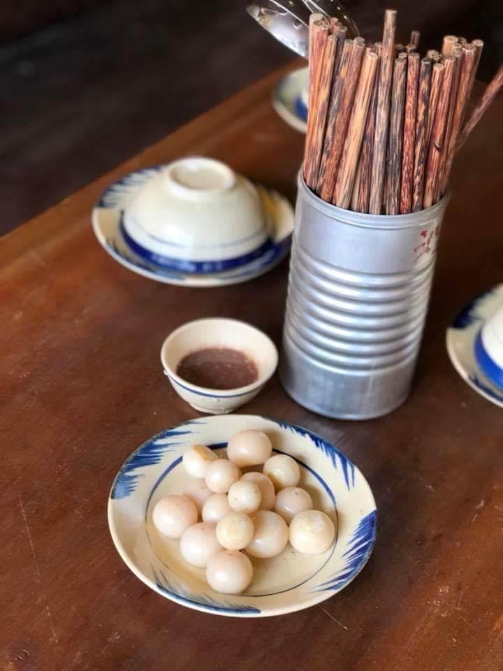 Lon Gô được tận dụng để đựng đũa và muỗng trong quán ăn