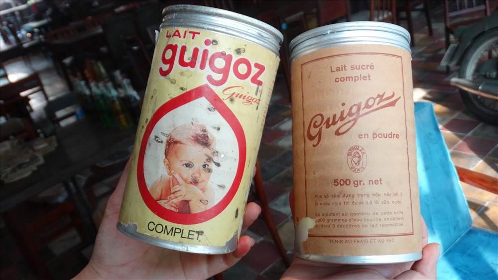 2 dạng sữa bột của hãng Guigoz. Bên trái là Sữa dành cho bé sơ sinh, bên phải là dành cho trẻ em từ 1 tuổi trở lên.