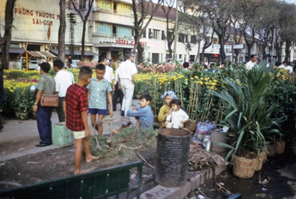 Saigon 66-67 - Chợ hoa Tết năm xưa. Ảnh Darryl Henley