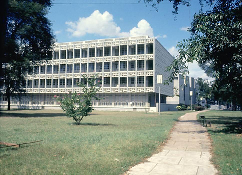Trường Đại Học Y Khoa Nhìn từ phía lối vào từ cổng sau trên đường Nguyễn Trãi. Ảnh chụp 1969. Manh Hai Flicker