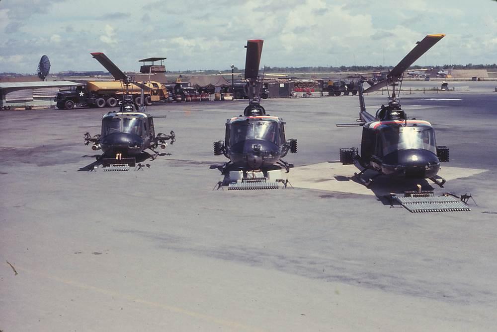 Trực thăng quân sự trong sân bay