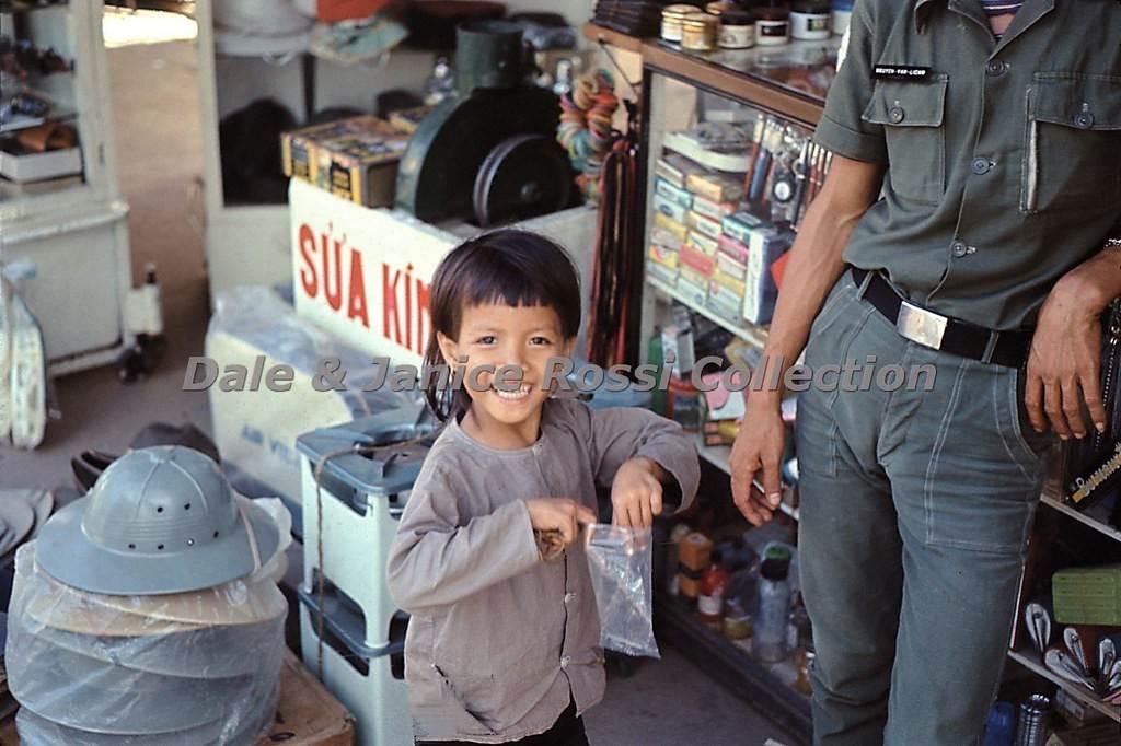 Nụ cười hồn nhiên và ngây thơ của đứa bé bên quầy tạp hóa
