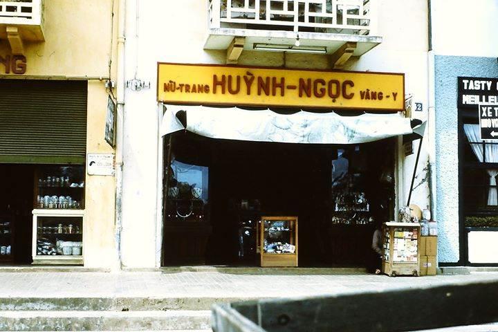 Đà Lạt 1970-71 - Tiệm vàng là nhà nhạc mẫu của Kiến Trúc Sư Ngô Viết Thụ. Photo by John Aires