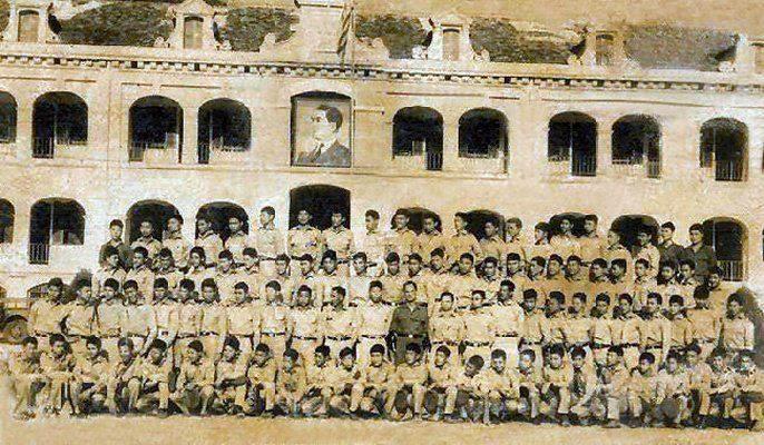 Cán bộ và thiếu sinh quân dưới cột cờ vàng dưới thời Đệ Nhất Cộng Hòa.