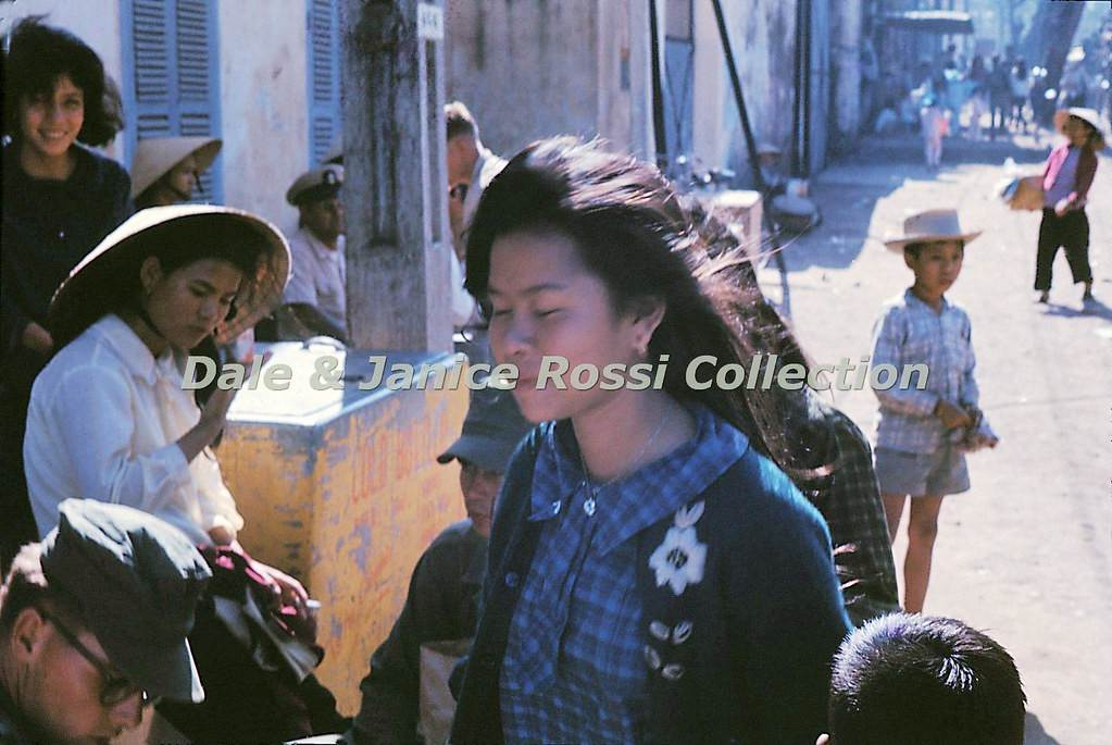 Một thiếu nữ lọt vào ống kính máy ảnh.