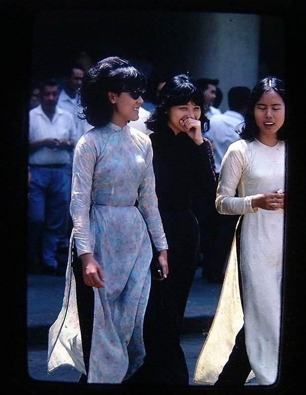 Và không thể thiếu những chiếc áo dài Việt Nam