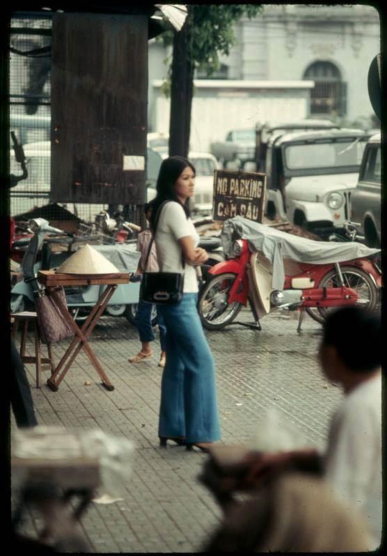 Phong cách quần Jean ống cỡ rộng cũng được nhiều thiếu nữ lựa chọn
