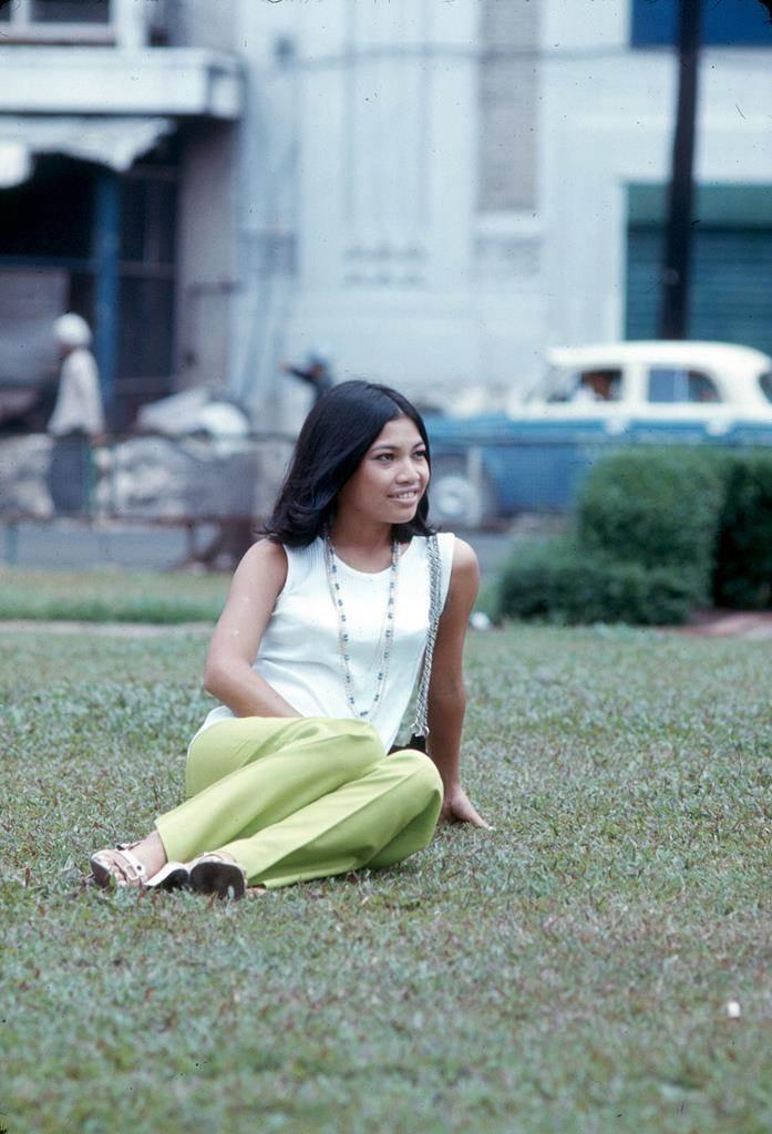 Thiếu nữ tạo dáng bên bãi cỏ