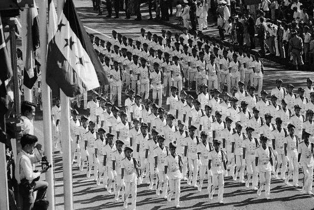 Tham dự diễn hành Thủ đô Sài Gòn ngày 6/11/1967. Hình của Bettmann/Corbis.