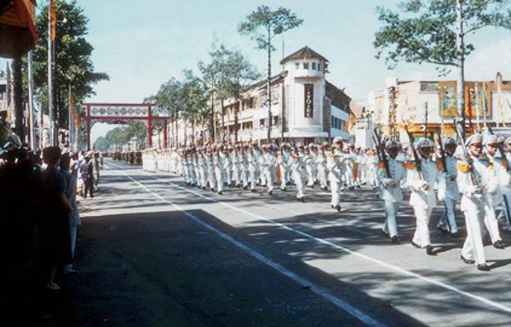 SVSQ trường Võ bị Đà Lạt diễn hành tại Saigon nhân ngày Quốc Khánh 26/10/1956.