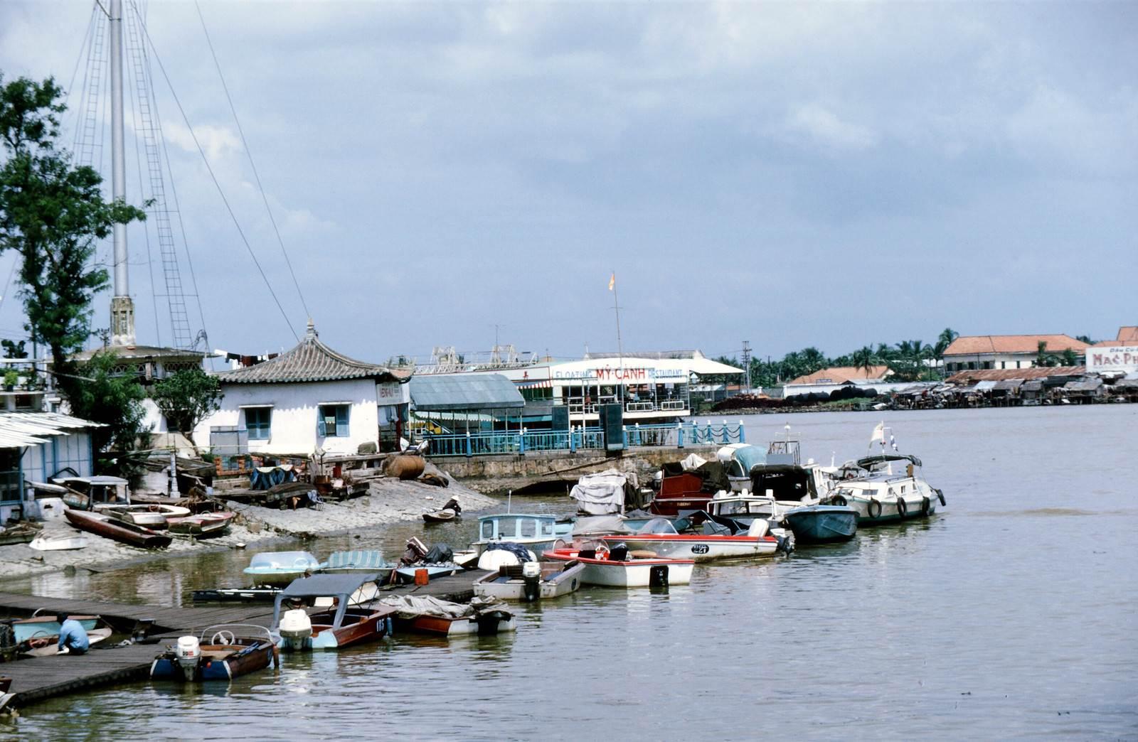Saigon 1969 - Photo by larsdh - Cột cờ Thủ Ngữ, sông Saigon