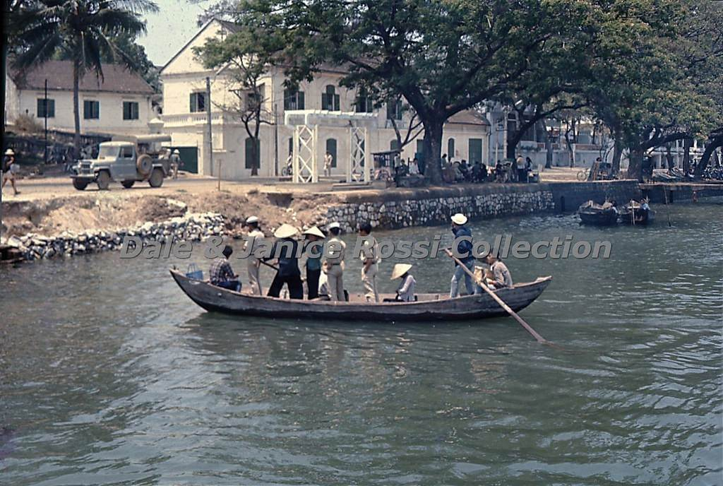 Một chuyến đò qua sông Hàn ở Đà Nẵng năm 1965. Ảnh: Dale & Janice Rossi Collection.