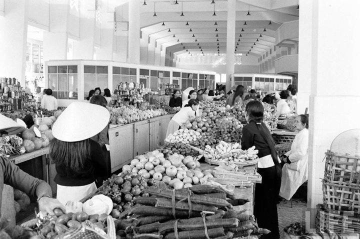 Đà Lạt 1961 - Bên trong chợ Đà Lạt mới xây dựng xong. by John Dominis