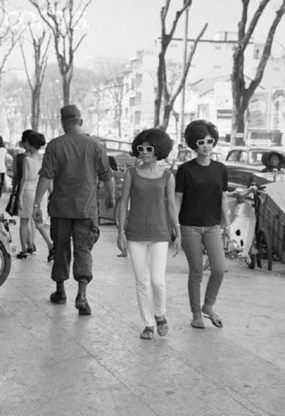 Hình ảnh đôi thiếu nữ ăn mặc sành điệu dạo phố