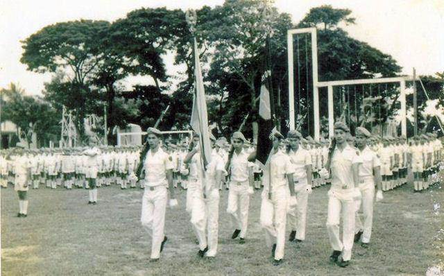 """Trong bộ quân phục đại lễ, các chú lính tí hon Thiếu Sinh Quân Vũng Tàu và xe hoa của đơn vị đang diễn hành ngoài đường phố của Thị Xã Vũng Tàu. nhân ngày lễ Phật Đản. """"Tự thắng để chỉ huy"""" là châm ngôn của các chú lính TSQ/VNCH."""