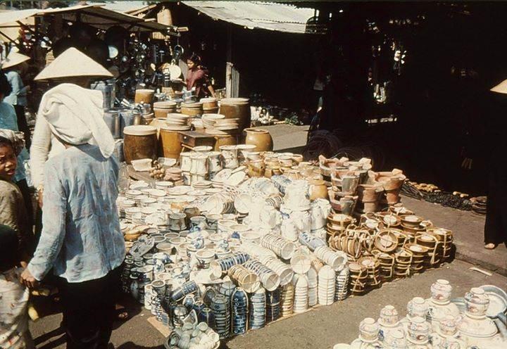 Một góc chợ gốm sứ sầm uất