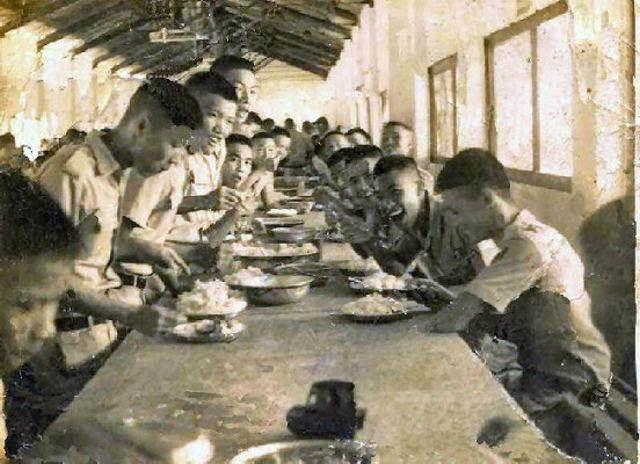 Khu vực phạn xá của trường T.S.Q.. Nơi đây có đầy đủ bếp lò, phòng chứa lương thực, vài dãy phòng ăn dành cho T.S.Q. trong các buổi ăn trưa, buổi ăn chìều.