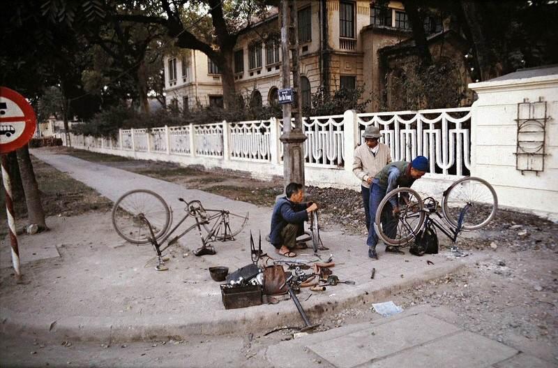 Tiệm sửa xe đạp ven đường là hình ảnh quen thuộc thời đó