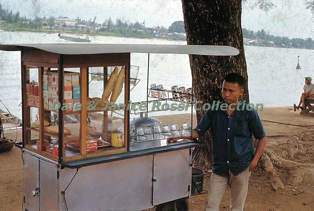 Xe bánh mì, thuốc lá, sữa đậu nành trên bờ sông Hàn.