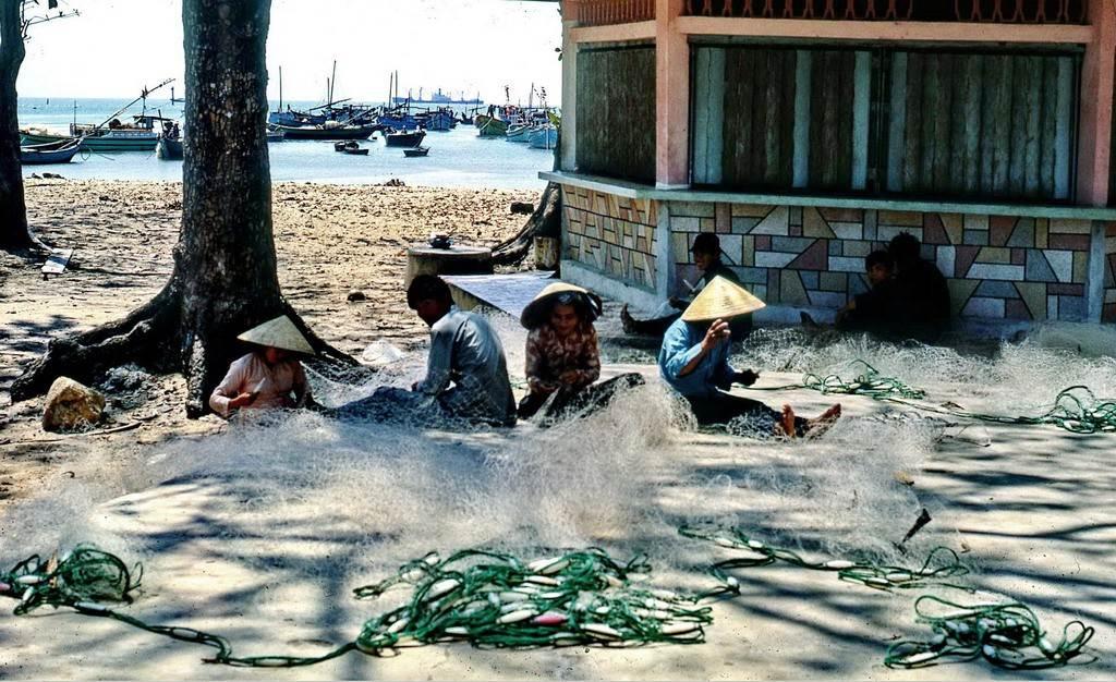 Ngư dân sửa lưới đánh cá ở Bãi Trước.