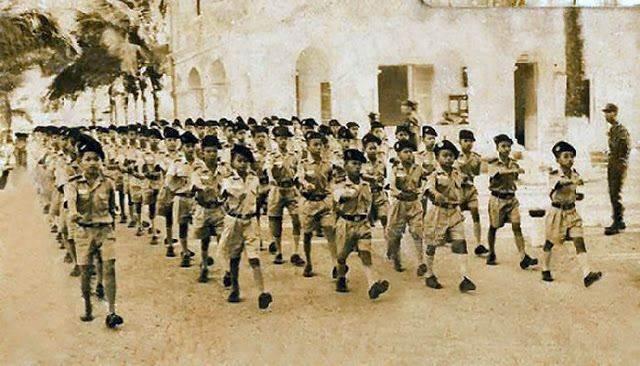 Diễn hành với quân phục học văn hóa.