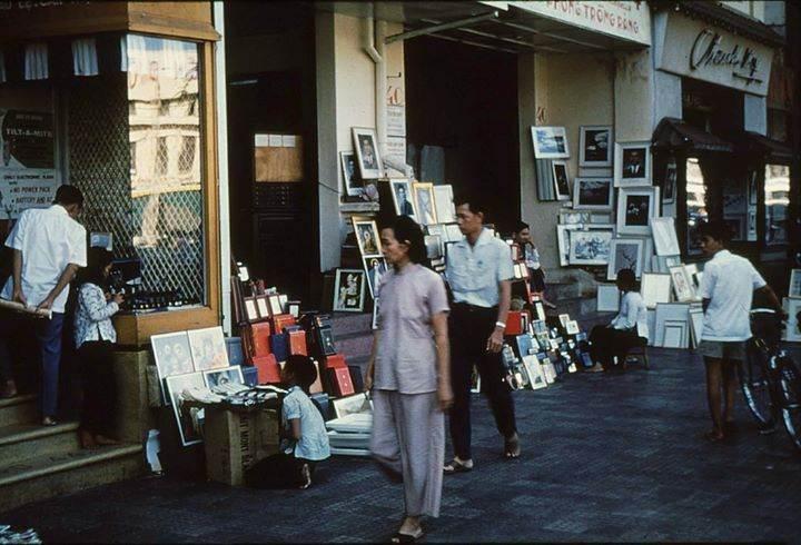 Cửa hàng bán tranh ảnh ven đường