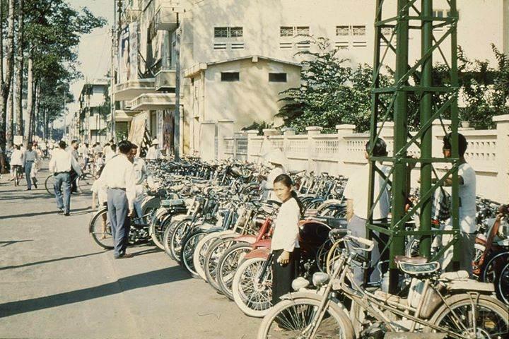 Xe đạp được dựng ngay ngắn trên vỉa hè