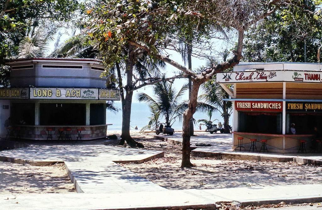 Các quán giải khát bên đường Quang Trung, Bãi Trước Vũng Tàu.