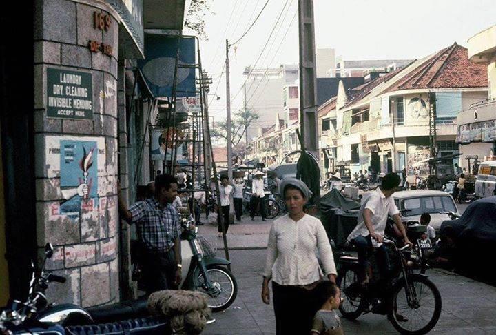 """Saigon 1969-70 - Đường Đề Thám, nhìn từ góc đường Trần Hưng Đạo về phía ga xe lửa - Chỗ nhà mái ngói là ngã tư Đề Thám-Bùi Viện (""""ngã tư quốc tế"""")"""