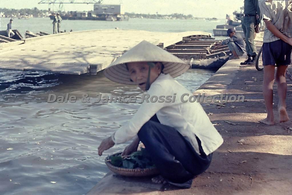 Hình ảnh cụ bán hàng rong bên Sông Hàn, sao mà đẹp mà thân thương thế