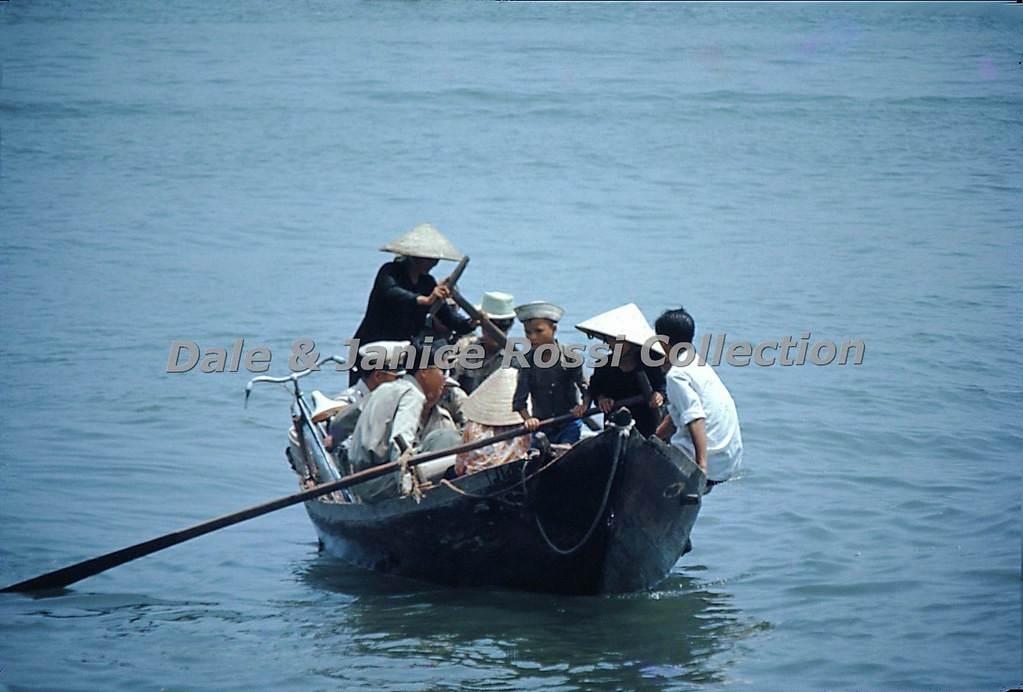 Chuyến đò chật kín người và xe muốn đi qua sông Hàn
