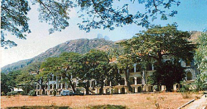 Dãy lầu khu Văn Hóa, phía sau là núi lớn và đài Vi Ba.
