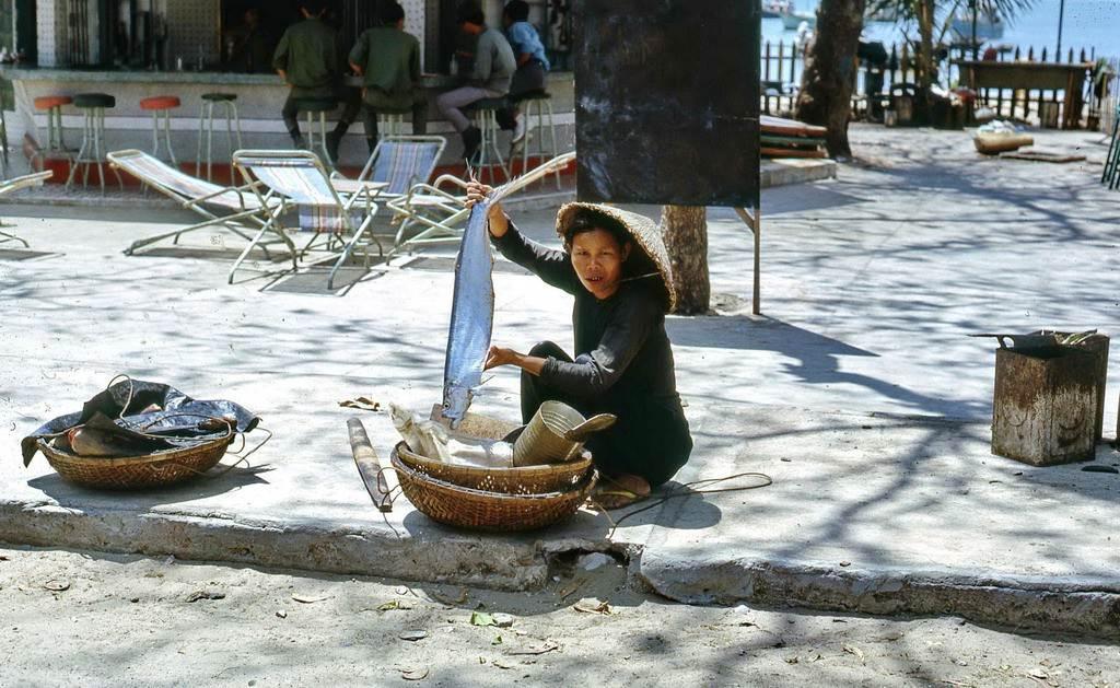 Người phụ nữ bán cá khoe con cá lớn đánh bắt được ở Vũng Tàu.