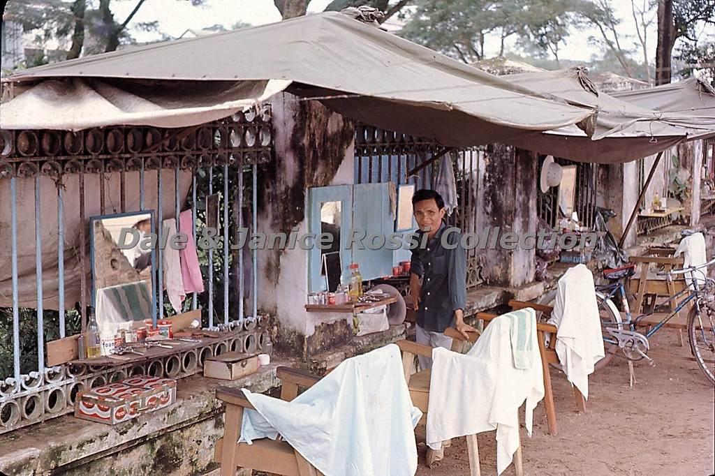 Ông chủ tiệm tóc vỉa hè tại một con đường Đà Nẵng