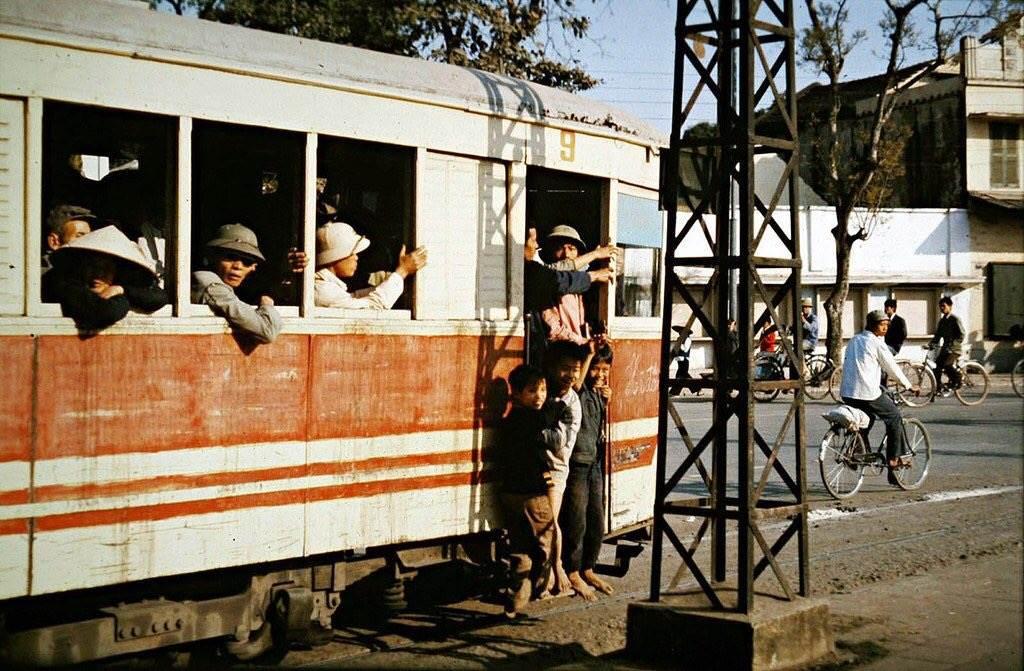 Những hình ảnh quen thuộc của phố phường Hà Nội những năm 1970.