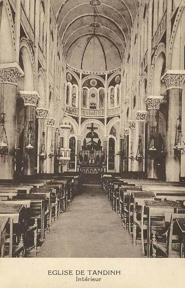 Bên trong thánh đường của nhà thờ Tân Định thời thuộc địa. Về tổng thể, nhà thờ mang phong cách kiến trúc Gothic, nhưng các chi tiết trang trí lại mang ảnh hưởng phong cách Roman và Baroque.