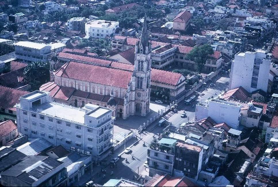 Toàn cảnh nhà thờ Tân Định nhìn từ máy bay, Sài Gòn năm 1965. Ảnh: Ken Kraft. Nhà thờ Tân Định cùng với Nhà thờ Đức Bà được coi là hai nhà thờ cổ có quy mô lớn và kiến trúc đẹp nhất tại Sài Gòn.