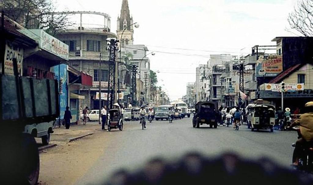 Đường Hai Bà Trưng với nhà thờ Tân Định ở phía xa, khoảng cuối thập niên 1960. Ảnh: 6thofthe31st.com.