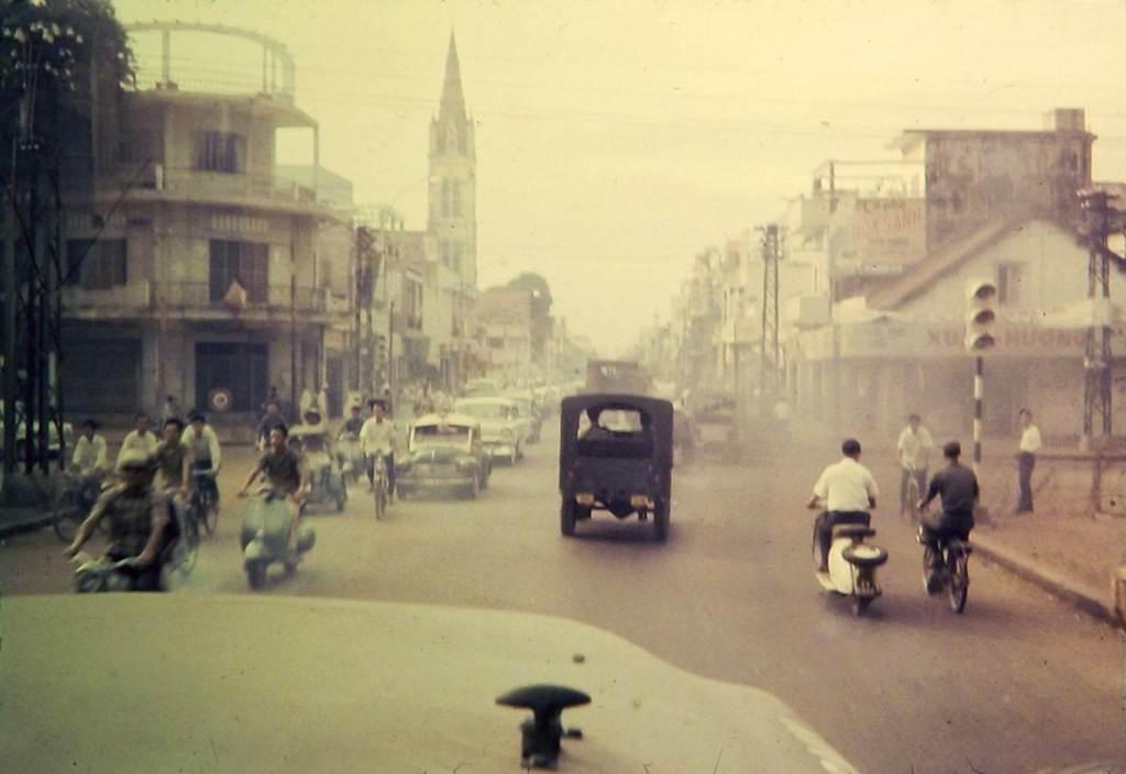 Ngã tư Hai Bà Trưng - Hiền Vương (nay là Võ Thị Sáu) và nhà thờ Tân Định, 1968.