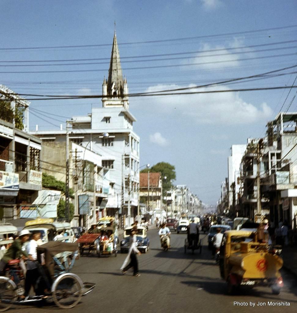 Đường Hai Bà Trưng và nhà thờ Tân Định năm 1972. Ảnh: John Morishita.