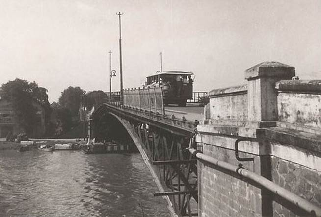 Xe cơ giới đi qua Cầu Mống