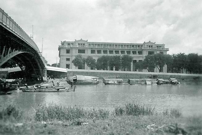 Cầu do Công ty vận chuyển hàng hải Messageries Maritimes của Pháp bỏ vốn xây dựng vào năm 1893-1894