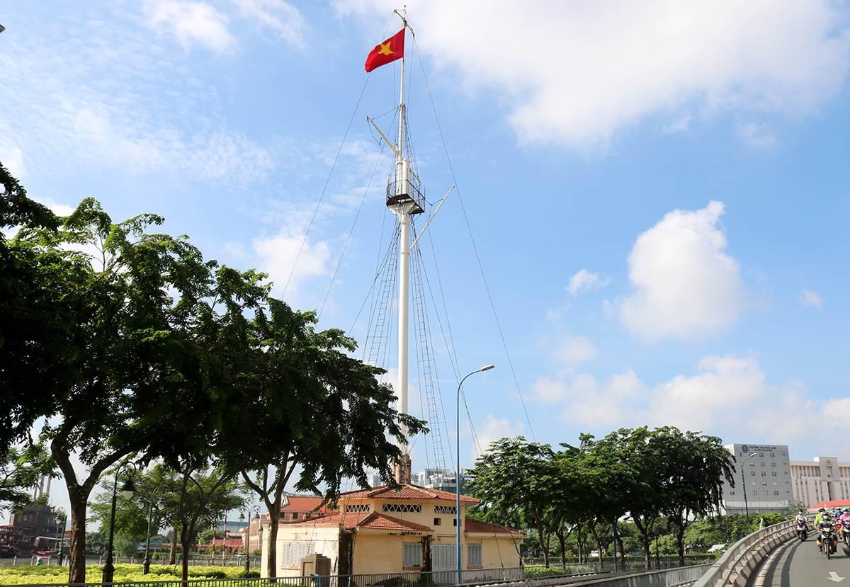 Cột cờ Thủ Ngữ tại công viên Bạch Đằng (quận 1), ngày 21/8. Ảnh: Gia Minh